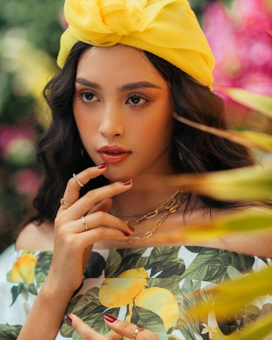 """Tiểu Vy hóa """"nàng thơ"""" tươi mới, tràn đầy năng lượng trong dự án """"Fashion Destination"""" của NTK Lê Thanh Hòa ảnh 13"""