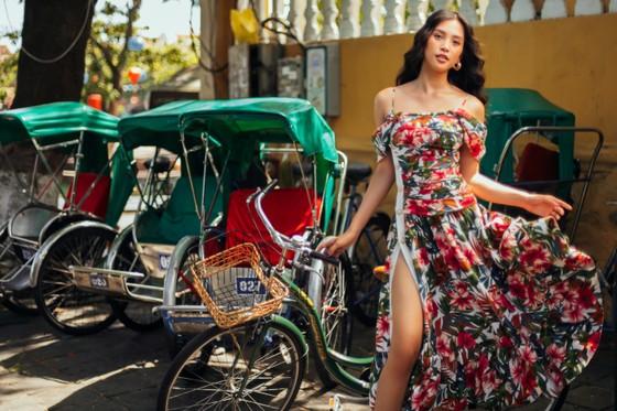 """Tiểu Vy hóa """"nàng thơ"""" tươi mới, tràn đầy năng lượng trong dự án """"Fashion Destination"""" của NTK Lê Thanh Hòa ảnh 1"""