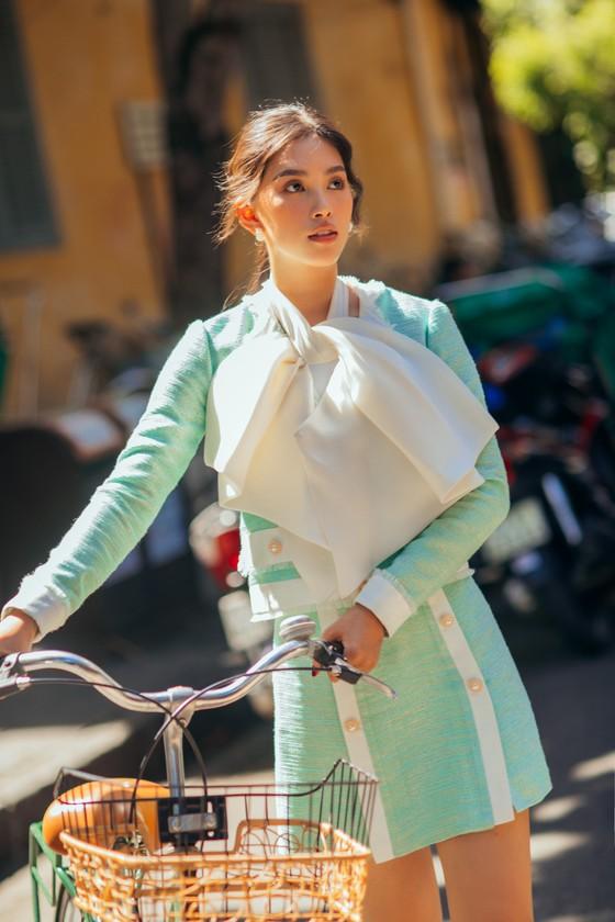 """Tiểu Vy hóa """"nàng thơ"""" tươi mới, tràn đầy năng lượng trong dự án """"Fashion Destination"""" của NTK Lê Thanh Hòa ảnh 4"""
