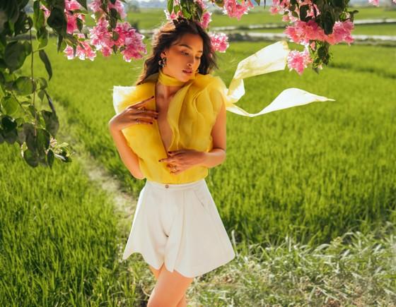 """Tiểu Vy hóa """"nàng thơ"""" tươi mới, tràn đầy năng lượng trong dự án """"Fashion Destination"""" của NTK Lê Thanh Hòa ảnh 5"""