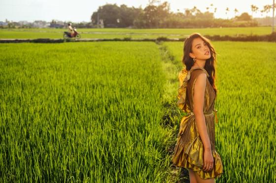"""Tiểu Vy hóa """"nàng thơ"""" tươi mới, tràn đầy năng lượng trong dự án """"Fashion Destination"""" của NTK Lê Thanh Hòa ảnh 6"""