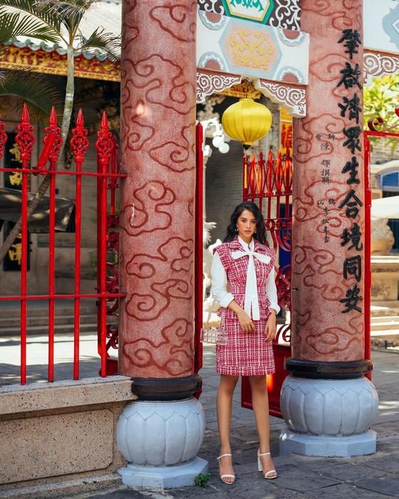 """Tiểu Vy hóa """"nàng thơ"""" tươi mới, tràn đầy năng lượng trong dự án """"Fashion Destination"""" của NTK Lê Thanh Hòa ảnh 10"""