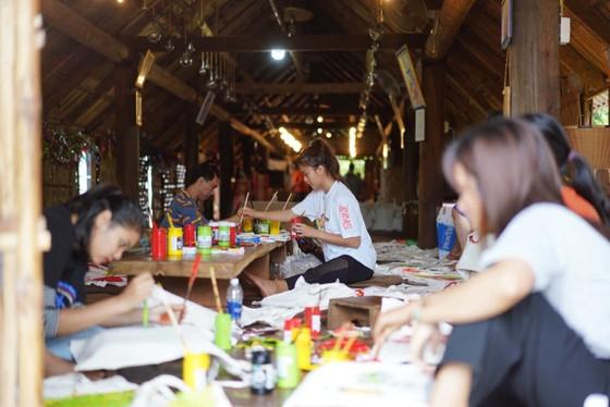 H'Hen Niê, Khánh Vân, Mâu Thuỷ, Lệ Hằng, Lê Thuý tổ chức vui tết trung thu cho trẻ em buôn làng ảnh 1