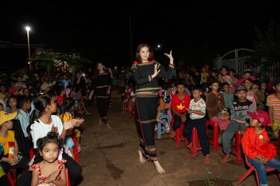H'Hen Niê, Khánh Vân, Mâu Thuỷ, Lệ Hằng, Lê Thuý tổ chức vui tết trung thu cho trẻ em buôn làng ảnh 7