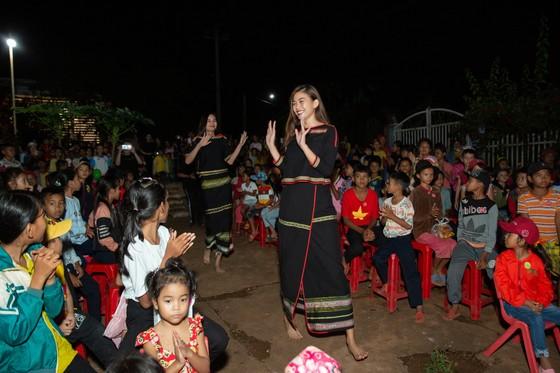 H'Hen Niê, Khánh Vân, Mâu Thuỷ, Lệ Hằng, Lê Thuý tổ chức vui tết trung thu cho trẻ em buôn làng ảnh 8