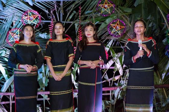 H'Hen Niê, Khánh Vân, Mâu Thuỷ, Lệ Hằng, Lê Thuý tổ chức vui tết trung thu cho trẻ em buôn làng ảnh 9