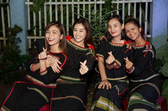 H'Hen Niê, Khánh Vân, Mâu Thuỷ, Lệ Hằng, Lê Thuý tổ chức vui tết trung thu cho trẻ em buôn làng ảnh 16