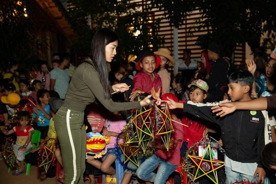 H'Hen Niê, Khánh Vân, Mâu Thuỷ, Lệ Hằng, Lê Thuý tổ chức vui tết trung thu cho trẻ em buôn làng ảnh 18