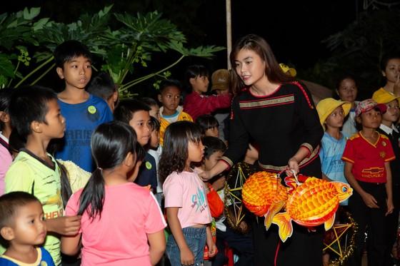 H'Hen Niê, Khánh Vân, Mâu Thuỷ, Lệ Hằng, Lê Thuý tổ chức vui tết trung thu cho trẻ em buôn làng ảnh 11