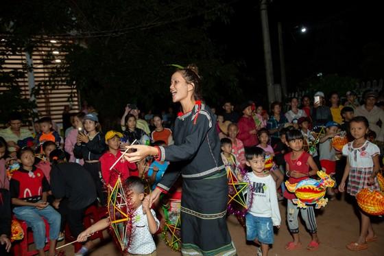 H'Hen Niê, Khánh Vân, Mâu Thuỷ, Lệ Hằng, Lê Thuý tổ chức vui tết trung thu cho trẻ em buôn làng ảnh 12