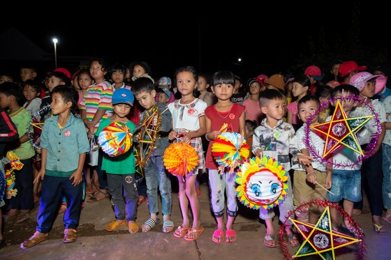 H'Hen Niê, Khánh Vân, Mâu Thuỷ, Lệ Hằng, Lê Thuý tổ chức vui tết trung thu cho trẻ em buôn làng ảnh 4