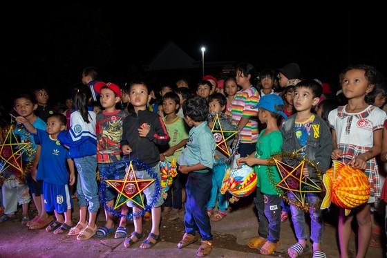 H'Hen Niê, Khánh Vân, Mâu Thuỷ, Lệ Hằng, Lê Thuý tổ chức vui tết trung thu cho trẻ em buôn làng ảnh 5