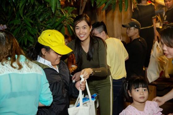 H'Hen Niê, Khánh Vân, Mâu Thuỷ, Lệ Hằng, Lê Thuý tổ chức vui tết trung thu cho trẻ em buôn làng ảnh 14