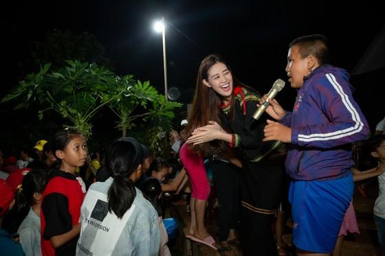 H'Hen Niê, Khánh Vân, Mâu Thuỷ, Lệ Hằng, Lê Thuý tổ chức vui tết trung thu cho trẻ em buôn làng ảnh 13
