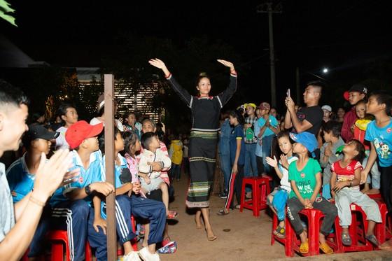H'Hen Niê, Khánh Vân, Mâu Thuỷ, Lệ Hằng, Lê Thuý tổ chức vui tết trung thu cho trẻ em buôn làng ảnh 6