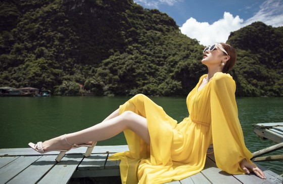 Á hậu Tú Anh tạo dáng giữa biển trời Hạ Long trong thiết kế mùa hè của Lê Thanh Hoà  ảnh 9