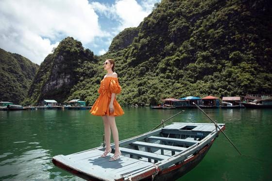 Á hậu Tú Anh tạo dáng giữa biển trời Hạ Long trong thiết kế mùa hè của Lê Thanh Hoà  ảnh 11