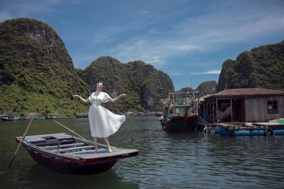 Á hậu Tú Anh tạo dáng giữa biển trời Hạ Long trong thiết kế mùa hè của Lê Thanh Hoà  ảnh 12