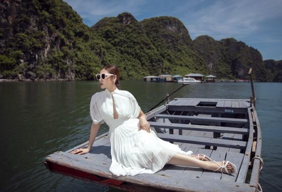 Á hậu Tú Anh tạo dáng giữa biển trời Hạ Long trong thiết kế mùa hè của Lê Thanh Hoà  ảnh 13