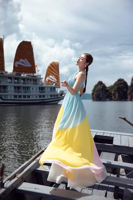 Á hậu Tú Anh tạo dáng giữa biển trời Hạ Long trong thiết kế mùa hè của Lê Thanh Hoà  ảnh 15