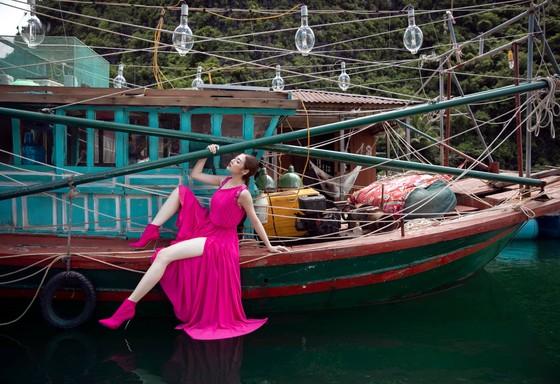 Á hậu Tú Anh tạo dáng giữa biển trời Hạ Long trong thiết kế mùa hè của Lê Thanh Hoà  ảnh 16