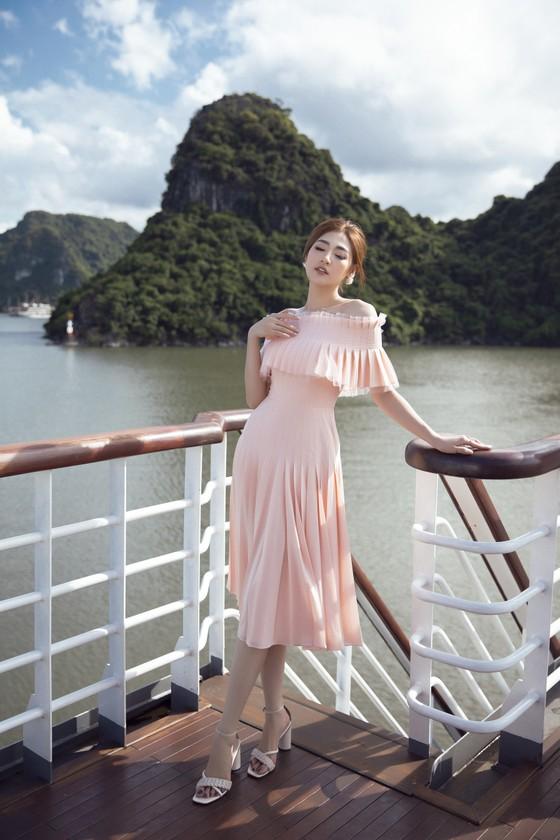 Á hậu Tú Anh tạo dáng giữa biển trời Hạ Long trong thiết kế mùa hè của Lê Thanh Hoà  ảnh 17