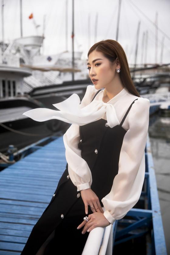 Á hậu Tú Anh tạo dáng giữa biển trời Hạ Long trong thiết kế mùa hè của Lê Thanh Hoà  ảnh 1