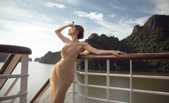Á hậu Tú Anh tạo dáng giữa biển trời Hạ Long trong thiết kế mùa hè của Lê Thanh Hoà  ảnh 20