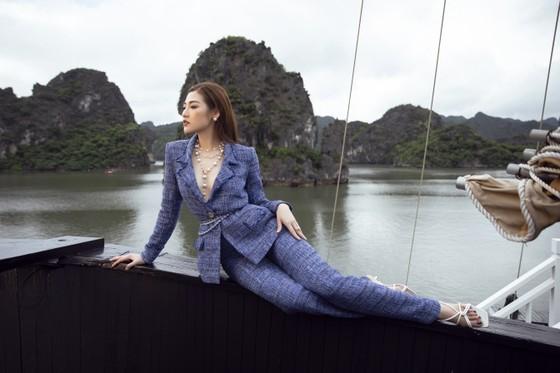 Á hậu Tú Anh tạo dáng giữa biển trời Hạ Long trong thiết kế mùa hè của Lê Thanh Hoà  ảnh 2