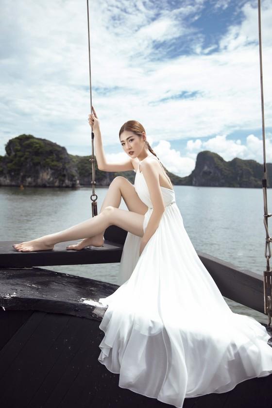 Á hậu Tú Anh tạo dáng giữa biển trời Hạ Long trong thiết kế mùa hè của Lê Thanh Hoà  ảnh 4