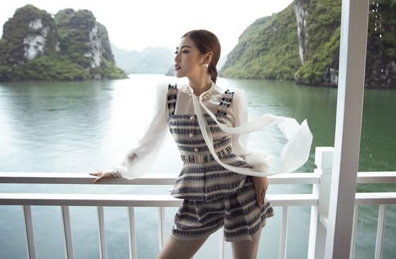 Á hậu Tú Anh tạo dáng giữa biển trời Hạ Long trong thiết kế mùa hè của Lê Thanh Hoà  ảnh 6