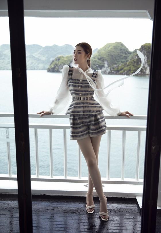Á hậu Tú Anh tạo dáng giữa biển trời Hạ Long trong thiết kế mùa hè của Lê Thanh Hoà  ảnh 7