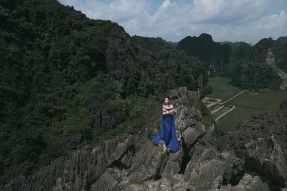 Lê Thanh Hòa giới thiệu bộ sưu tập thời trang mới kết hợp cùng Hoa hậu Đỗ Mỹ Linh  ảnh 7