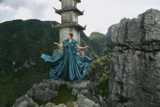 Lê Thanh Hòa giới thiệu bộ sưu tập thời trang mới kết hợp cùng Hoa hậu Đỗ Mỹ Linh  ảnh 10