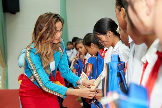Hoa hậu H'Hen Niê trao tặng 3 hệ thống lọc nước cùng 225 suất học bổng ảnh 5