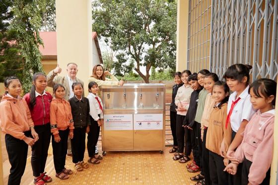 Hoa hậu H'Hen Niê trao tặng 3 hệ thống lọc nước cùng 225 suất học bổng ảnh 8