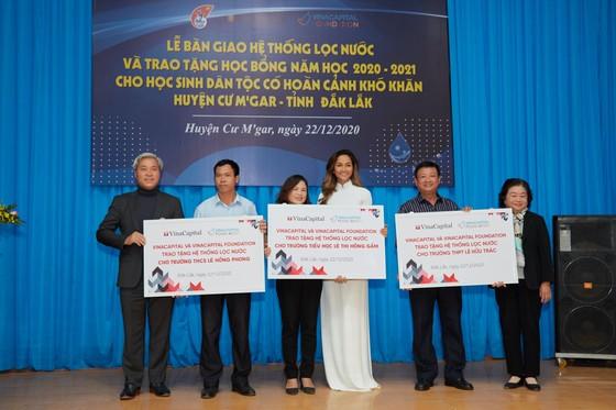 Hoa hậu H'Hen Niê trao tặng 3 hệ thống lọc nước cùng 225 suất học bổng ảnh 1