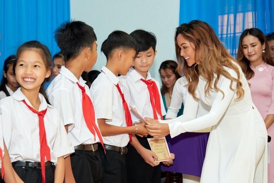 Hoa hậu H'Hen Niê trao tặng 3 hệ thống lọc nước cùng 225 suất học bổng ảnh 2