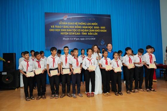 Hoa hậu H'Hen Niê trao tặng 3 hệ thống lọc nước cùng 225 suất học bổng ảnh 3