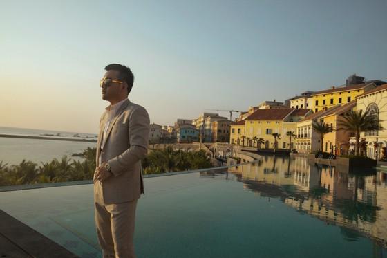 Hoa hậu Khánh Vân, vợ chồng Đông Nhi, Ông Cao Thắng cùng xuất hiện tại show thời trang của NTK Lê Thanh Hoà ảnh 1