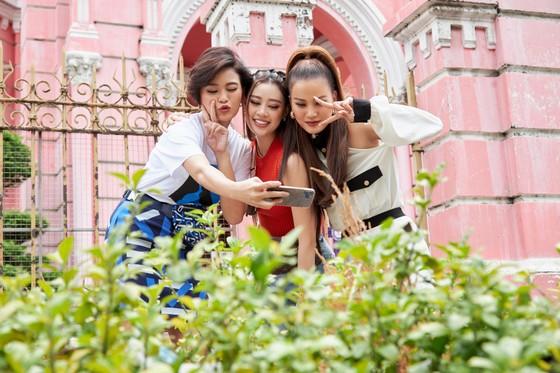 Hoa hậu Khánh Vân khám phá văn hóa, con người và cảnh đẹp Việt Nam ảnh 7