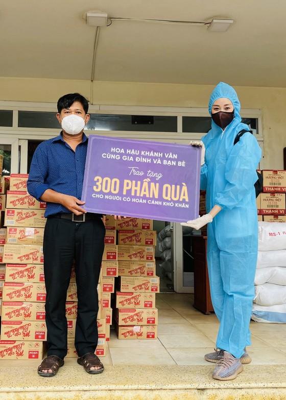 Hoa hậu Khánh Vân ủng hộ 300 phần quà cho người có hoàn cảnh khó khăn ảnh 1