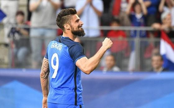 Olivier Giroud tỏa sáng trong chiến thắng của Pháp trước Paraguay. Ảnh: Daily Mail