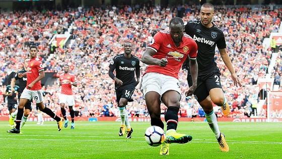 Tiền đạo Lukaku tung cú sút trước hàng phòng ngự West Ham. Ảnh: Reuters