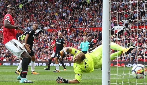 Man.United đè bẹp West Ham 4 - 0, Tottenham thắng Newcastle 2 - 0 ảnh 1