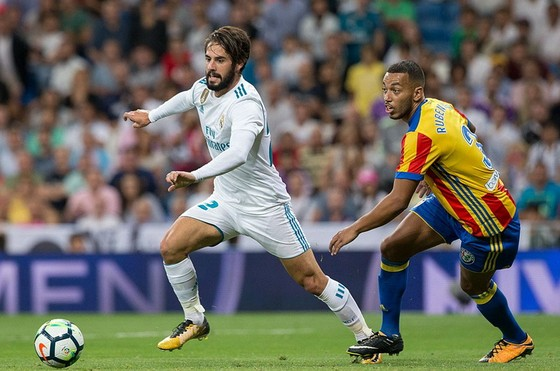 Tiền vệ Isco (trái, Real Madrid) đi bóng trước Rueben Mezo của Valencia.