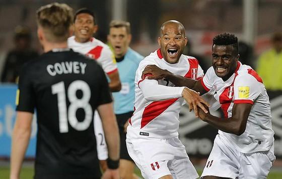 Christian Guillermo Ramos (phải) vui mừng sau khi ghi bàn vào lưới New Zealand, ấn định chiến thắng 2 - 0 cho Peru
