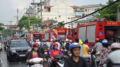 Nhường đường cho xe chữa cháy ảnh 1