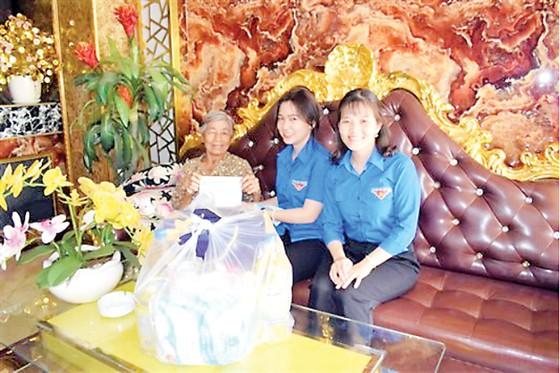 Chi đoàn Công ty XSKT Đồng Tháp thăm và tặng quà mẹ Việt Nam anh hùng nhân Ngày Thương binh Liệt sĩ 27-7 ảnh 1