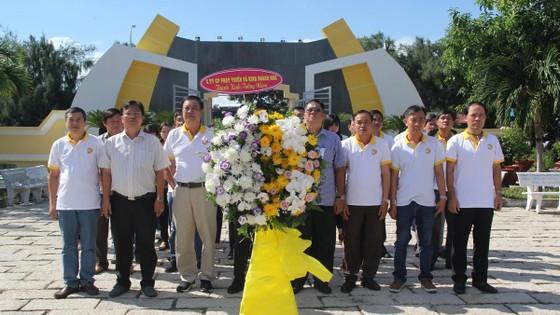 HDTC tổ chức chương trình viếng thăm nghĩa trang Liệt sĩ và hỗ trợ ngư dân vươn khơi bám biển tại huyện Cần Giờ ảnh 1